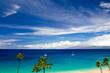 Blick über den Strand von Kaanapali Beach auf Maui über das Meer auf die Insel Molokai in Hawaii, USA.