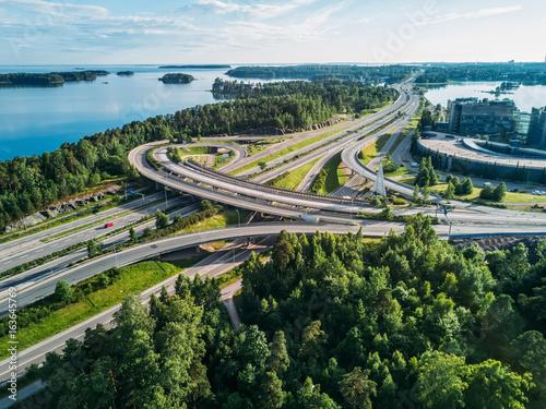 Plakat Autostrada w pobliżu Morza Bałtyckiego w czasie niesamowitych odbić w wodzie