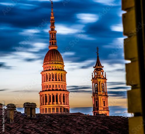 Novara con il suo monumento più famoso, la cupola di San Gaudenzio Fototapete