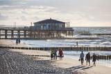 Plaża w Ustroniu Morskim z widokiem na prywatne molo i falochrony