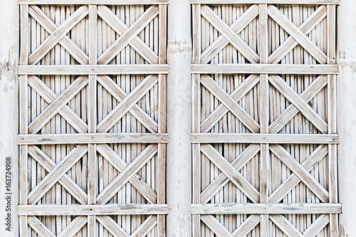 Foto White bamboo wicker shutters of window. Bali style exteriour