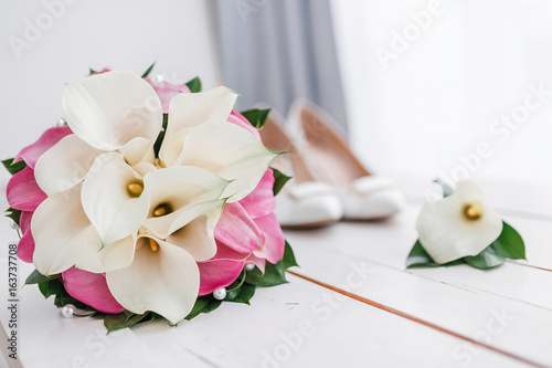 Foto op Plexiglas Magnolia Composition of wedding morning details and accessories. Bridal bouquet and shoes on a wooden background