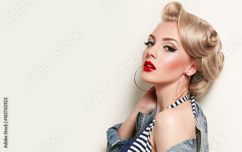 Photo Beautiful young american girl in retro style, pinup