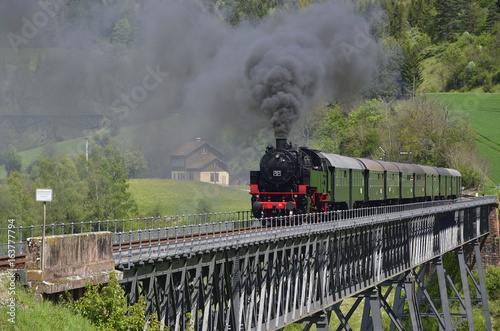 Obrazy na płótnie Canvas Sauschwänzlebahn auf Talübergang Epfenhofen, Schwarzwald
