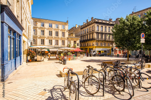 Papiers peints Lieu d Europe View on the small square with bicycles in Bordeaux city in France