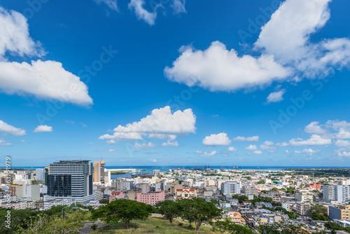Plakat Port Louis Skyline - oglądany z fortu Adelaide wzdłuż Oceanu Indyjskiego w stolicy Mauritiusa
