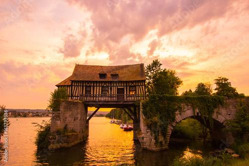 Coucher de soleil sur le moulin de Vernon Fototapeta