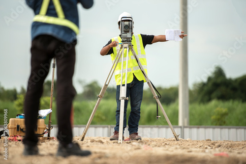 Fotografía  survey engineer in construction site use theodolite mark a concrete pile co ordi