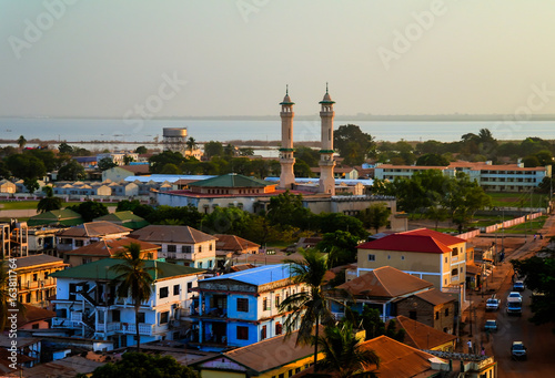 La pose en embrasure Afrique Aerial panorama view to city of Banjul, Gambia