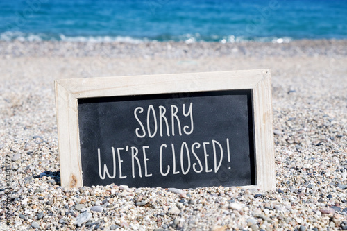 Obraz text sorry we are closed in a chalkboard - fototapety do salonu