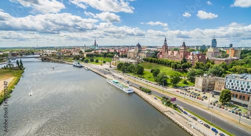 Fotobehang Stad aan het water Szczecin - rzeka Odra i Bulwar Chrobrego. Krajobraz Szczecina z lotu ptaka z widocznymi Wałami Chrobrego.