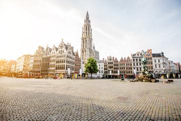 Jutarnji pogled na Grote Markt s prekrasnim zgradama i crkvenim tornjem u gradu Antwerpenu, Belgija