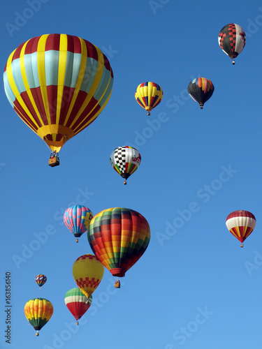 Plakat Kolorowe balony na gorące powietrze latać w błękitne niebo