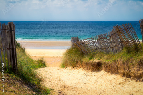 sciezka-do-piaszczystej-plazy-z-beachgrass-droga-do-szerokich-piaszczystych-plaz-atlantyku