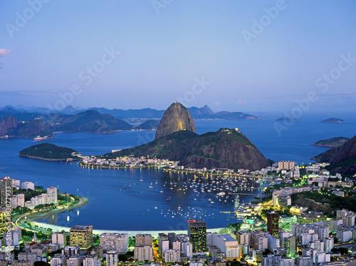 In de dag Rio de Janeiro Sugar Loaf Mountain in Rio de Janeiro at night, Brazil