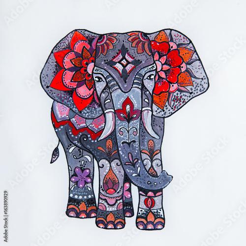 In de dag Art Studio Sketch red elephant with beautiful patterns.