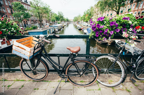 Plakat HOLANDIA, AMSTERDAM - CZERWIEC 15,2017: Veiw na moście przez kanał rzeczny z łodzi turystycznej, zdjęcie kanałów w Amsterdamie