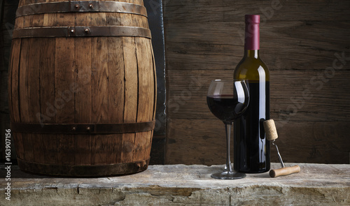 czerwone-wino-z-beczka-w-winnicy-toskania-wlochy