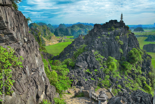 Foto  Amazing highland view of the rice fields, limestone rocks and mountain top Pagod