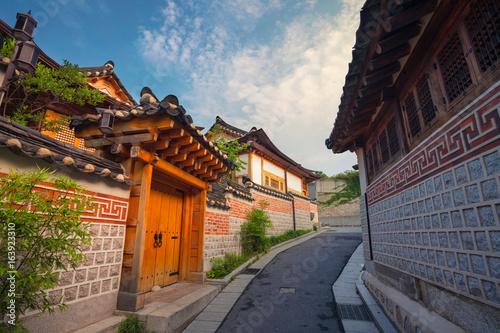 Naklejka premium Seul. Tradycyjna architektura w stylu koreańskim w Bukchon Hanok Village w Seulu, w Korei Południowej.