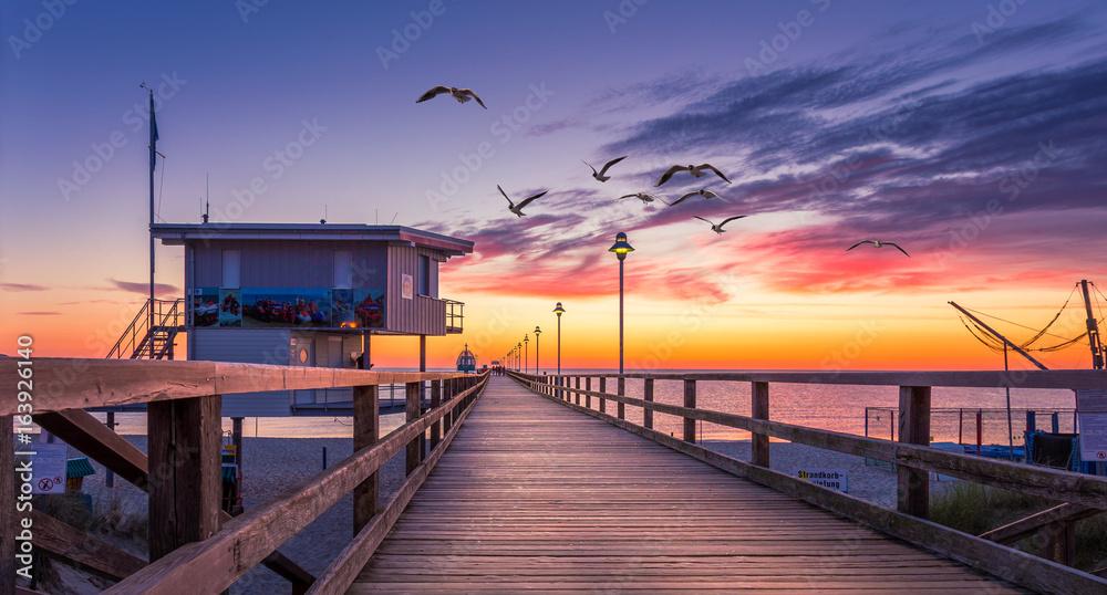 Fototapety, obrazy: morgendliche Seebrücke an der Ostsee mit Möwen