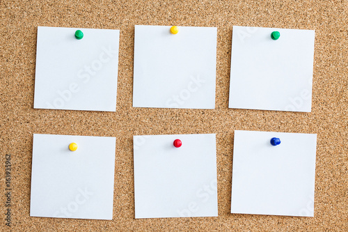 Foto  Six white memo reminder cards pinned to cork board
