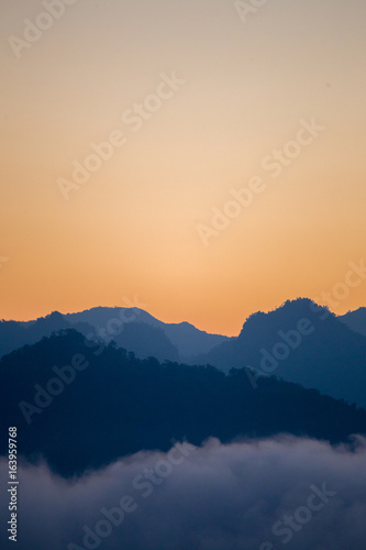 Fotografia  Silhouette layers of mountains in the morning.