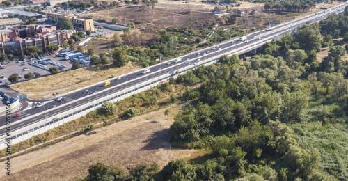 Photo Vista aerea di un autostrada italiana che collega due grandi città