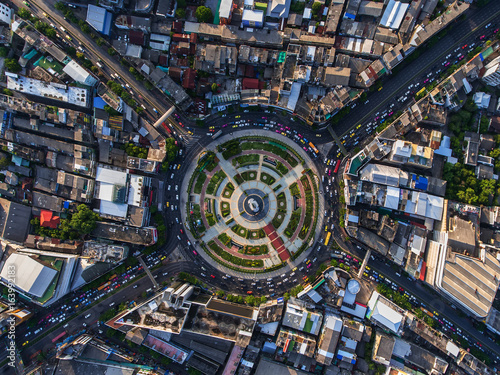 Fotomural  Road roundabout with car lots in Bangkok,Thailand