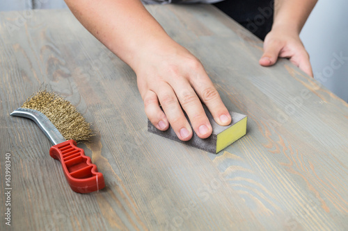 Fotografía  Sanding the wood table top