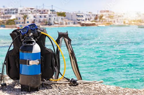 Taucherausrüstung mit Flossen vor türkisem Meer auf den Kykladen in Griechenland