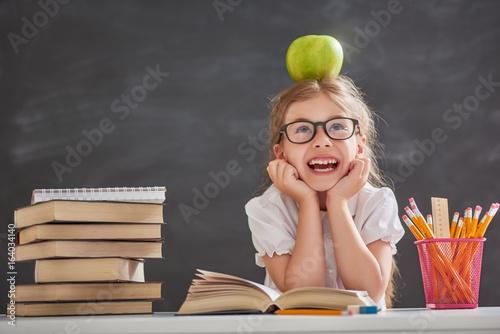 Plakat Dziecko uczy się czytać