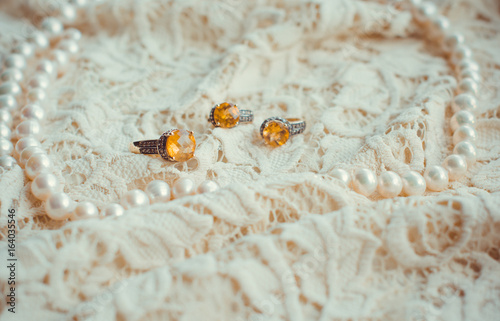 Cadres-photo bureau Tortue Vintage tenderness wedding accessories. Stylish colorful jewelry with stones on a white lace