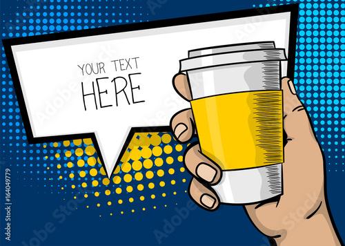 Fototapeta Plakat reklamowy pop-artu. Mężczyzna, facet ręka trzymać papier gorący kubek kawy. Silny palec wow, makiety. Komiczny tekst kreskówki mowy sprzedaży bąbel, balonowy chmura pudełko. Ilustracja wektorowa półtonów.
