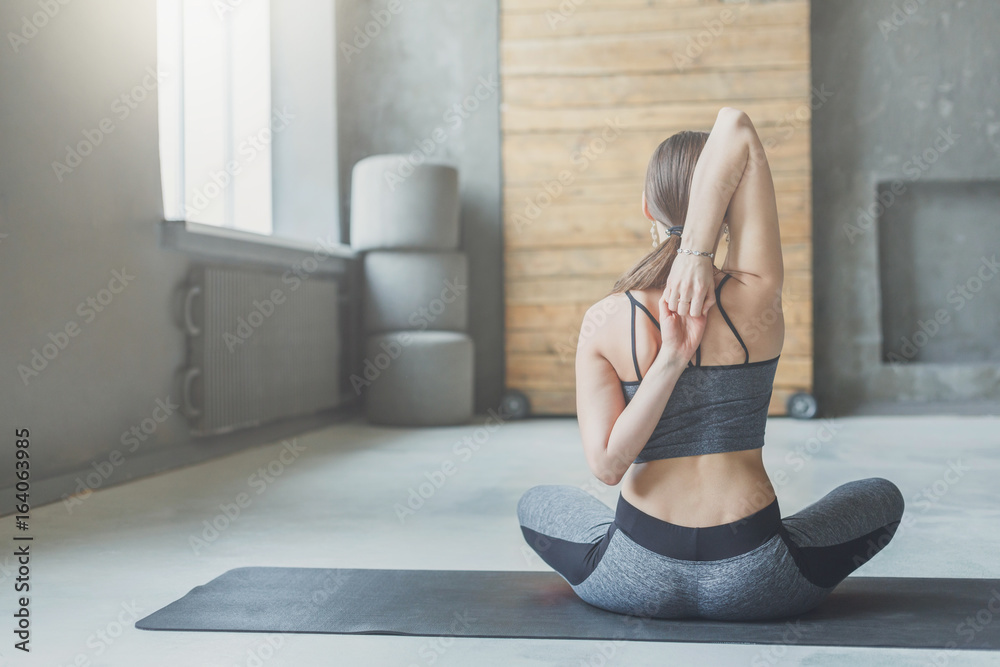 Fotografia Young woman in yoga class, back stretching