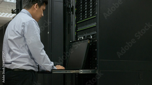 Fotografía  Administrator working in data center