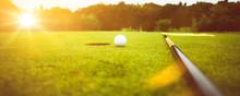 Golfplatz Im Abendrot Mit Loch...