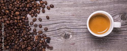 tazzina di caffè espresso su fondo legno