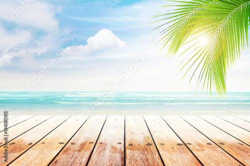 Foto auf Gartenposter Strand old wood table top on blurred beach background with coconut leaf. Concept Summer, Beach, Sea, Relax.