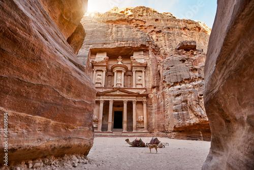 The temple-mausoleum of Al Khazneh in the ancient city of Petra in Jordan Tableau sur Toile