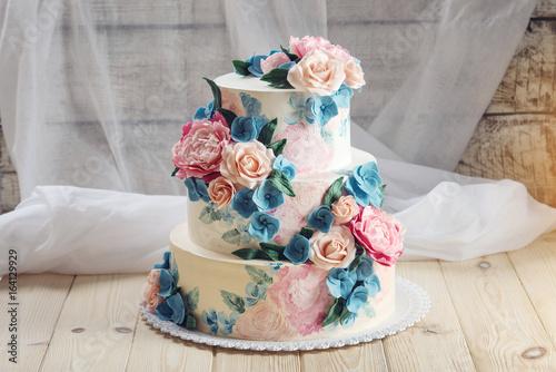 Zdjęcie XXL Piękny ślub w domu trzypoziomowy tort ozdobiony róż i niebieskie kwiaty w stylu rustykalnym na drewnianym stole