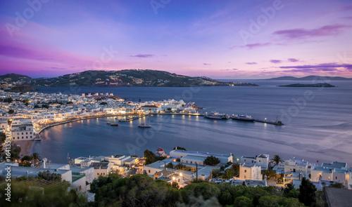 Poster Bergen Sicht auf die Stadt von Mykonos bei Sonnenuntergang, Kykladen, Griechenland