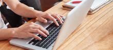 Informatiker Arbeitet Am Laptop Computer