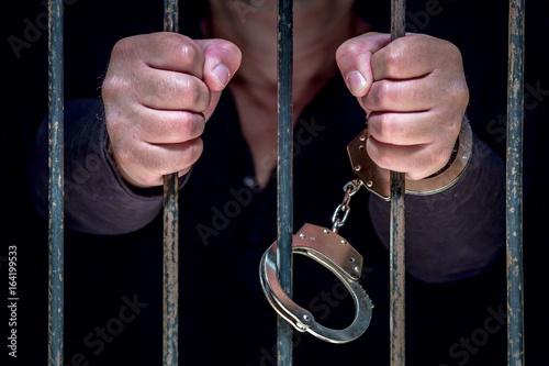 ein Mann ist in einem Gefängnis eingesperrt Fototapeta