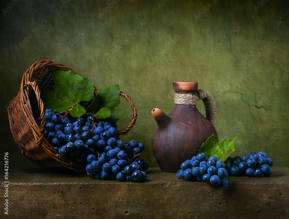 Wciąż życie z winogronami na koszu i dzbanku