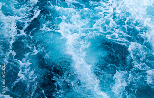 Fotografía  Sea water ship trail with white foamy wave