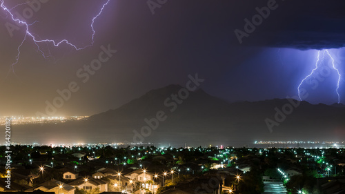 Obraz na dibondzie (fotoboard) Burza z błyskawicami i deszczem na wschodzie Henderson i Las Vegas, NV