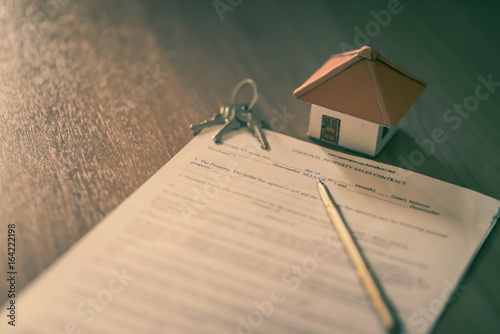 Fotomural  House keys on the rental agreement or the buy home contracts with the real estate property background