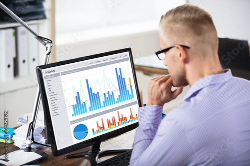 Photo Businessman Looking At Graph On Computer
