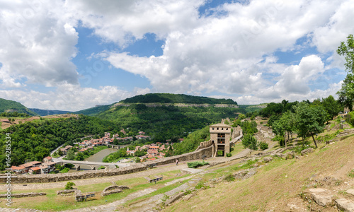 In de dag Oost Europa A beautiful view of the fortress of Veliko Tarnovo,the old capital of Bulgaria in Eastern Europe